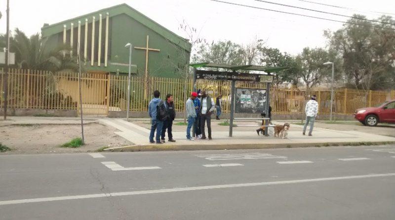 Foto 1: Migrantes en paradero de transporte público.