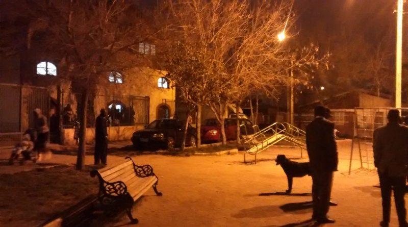 Foto 2: Migrantes en plaza a la salida de ritos religiosos.