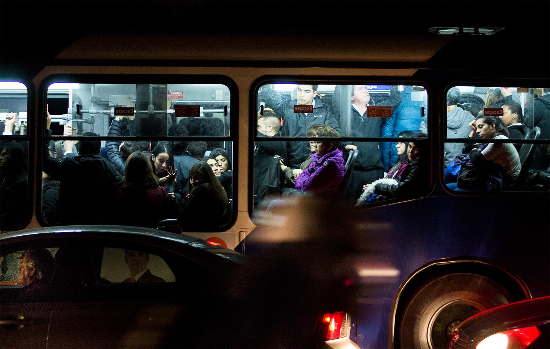 """Tercer lugar concurso Foto-ensayo: """"Congestión vehicular: Tempus Fugit"""" por Valentina Valderrama"""