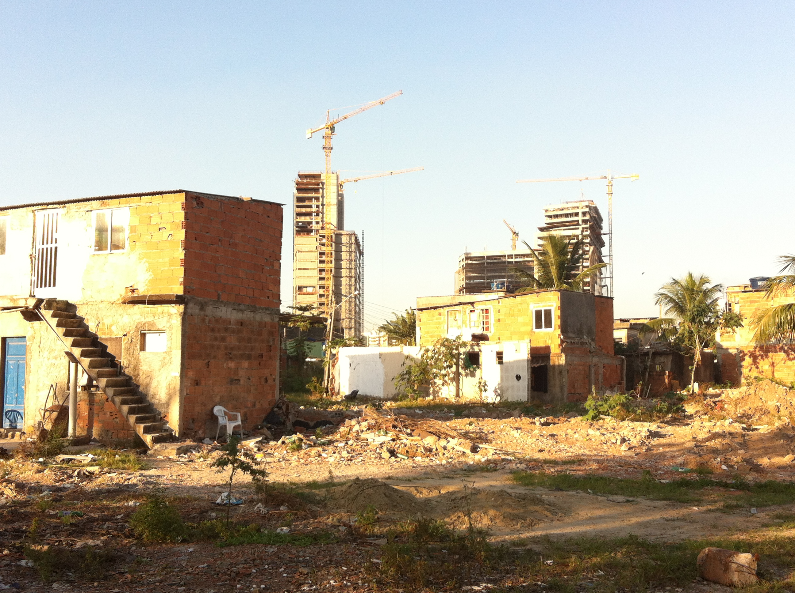 """Foto-ensayo: """"Paisaje en trance 2: la remoción de Vila Autódromo para el proyecto olímpico-inmobiliario de Rio 2016"""" por Daniel Meza"""