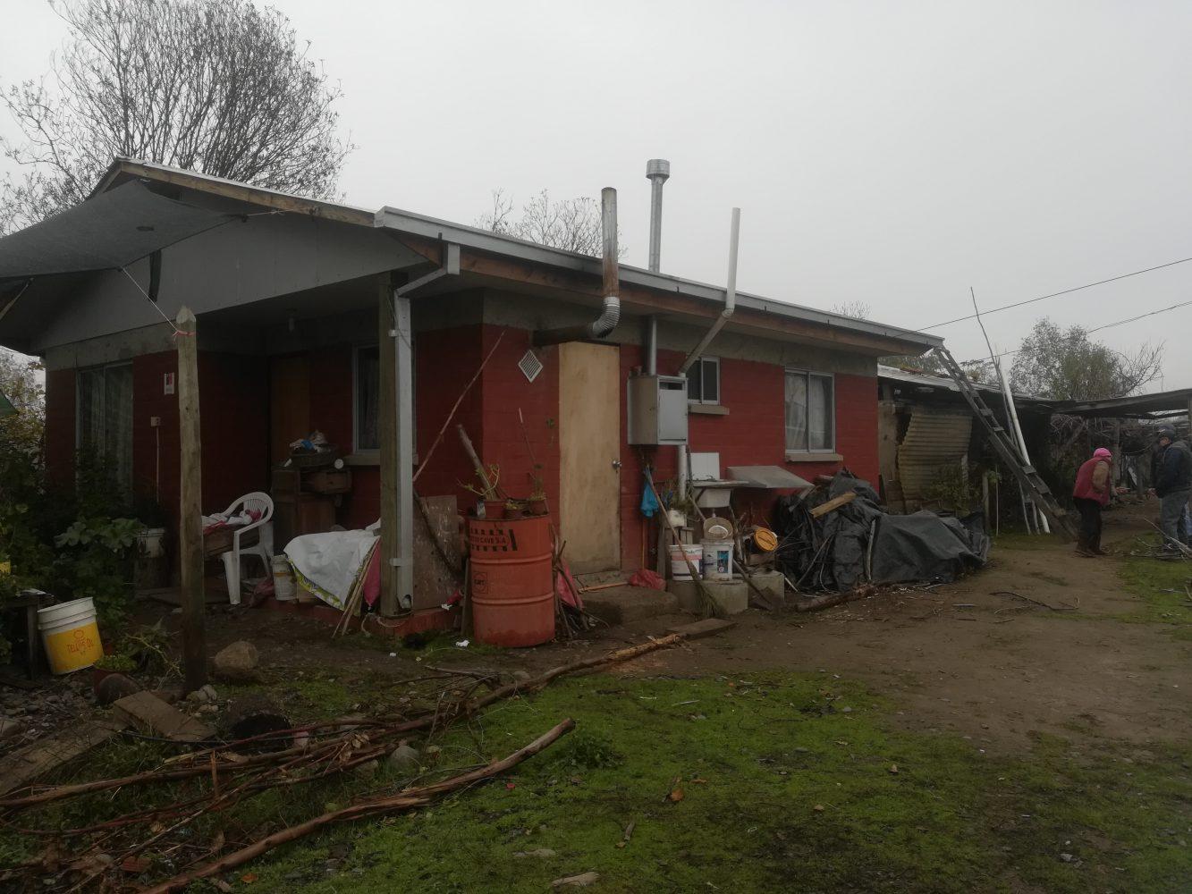 Casa de miembro comité Buenos Vecinos sector Pangue Arriba, se puede apreciar la casa entregada por SERVIU post terremoto 2010 y en la parte trasera restos de la vivienda original de adobe.
