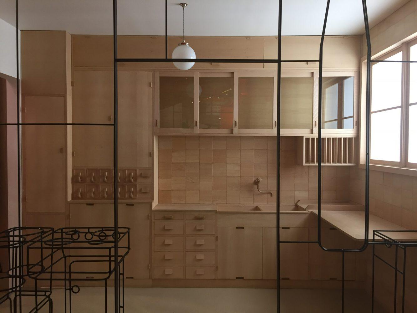 Imagen 6 Reconstrucción esquemática de la cocina Frankfurt. Design Museum, Lodres. Fotografía Rodrigo Vera M.